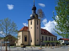 Beherrschender Mittelpunkt in Sand ist die St. Nikolaus-Kirche, die derzeit wegen Sanierungsmaßnahmen allerdings eingerüstet ist.
