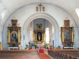 """"""" Der Altarraum der Sander Pfarrkirche mit dem Hl. Nikolaus auf dem Hauptaltar als Namensgeber und den Seitenaltären """"Mariä Himmelfahrt und """"Hl. Nepomuk""""."""