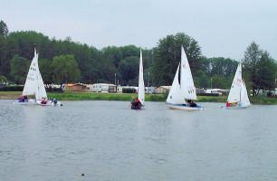 Der große Baggersee bietet viele Freizeitmöglichkeiten wie Camping, Segeln, Schwimmen und Angeln.