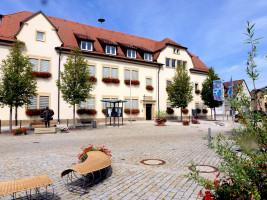 Aushängeschilder der Gemeinde Sand sind das schmucke Rathaus und der blumengeschmückte Dorfplatz.