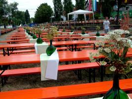 Einladend geschmückt wartete der Altmain-Weinfestplatz auf die zig-Tausende von Besuchern