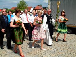 Der Festzug zum Altmain-Weinfestplatz wurde angeführt von (vorne) den Weinprinzessinnen Kristina Reinhart (Donnersdorf), Isabel Bergmann (Sand), Abtdegen Richard Schlegelmilch und Weinprinzessin Karina Pfister (Oberschwarzach) sowie (2. Reihe von links) A