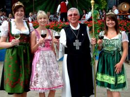 """""""Abt-Degen"""" Richard Schlegelmilch und Ernst Albert vom Altmain-Weinfest-Organisationskomitee"""