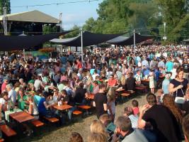 Schon am frühen Samstagabend war der Altmain-Weinfestplatz in Sand gut gefüllt.