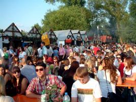 Immer wieder gelobt wird der romantische Altmain-Weinfestplatz in Sand