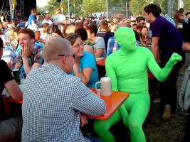 """Scheinbar aus dem Gewässer des nahen Altmains gehüpft um beim Sander Weinfest mitzufeiern war dieser """"Frosch""""."""