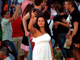 Wie eine griechische Göttin inmitten der feierfreudigen Sander und ihren Gästen aus Nah und Fern wirkte diese hübsche Dame
