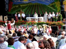 Erstmalig fand am Sonntag auf dem Altmain-Weinfestplatz ein Festgottesdienst statt, der von Pfarrer Michael Erhart unter Assistents von Diakon Bernhard Trunk zelebriert. vom Blasorchester musikalisch begleitet wurde.