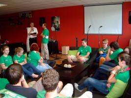 Mit einer gemütlichen Sitzecke ist der neue Sander Jugendtreff ausgestattet. Im Hintergrund Pfarrer Hans-Christian Neiber (links) und Pfarrgemeindereferent Rudi Reinhart, die die Segnung der Jugendräume vornahmen
