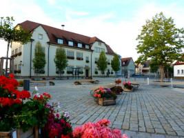 """Kirchplatz mit dem markanten Rathaus ist die """"gute Stube"""" der Gemeinde Sand."""