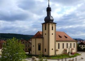 Beherrschender Mittelpunkt der Gemeinde Sand ist die dem Heiligen Nikolaus geweihte Pfarrkirche.