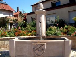 Der Dorfbrunnen mit dem Gemeindewappen hat an vortrefflicher Stelle in der Ortsmitte von Sand einen neuen Standort gefunden.