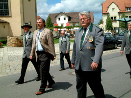 Angeführt wurde der Festzug (von links) vom Schützenmeister Wolfgang Krines, Bürgermeister Bernhard Ruß und Gau-Schützenmeister Gerd Koch
