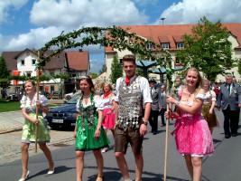 Eingerahmt maschierte das Königspaar des Sander Schützenverein, Marina Dürnhöfer und Christian Krines im Festzug mit
