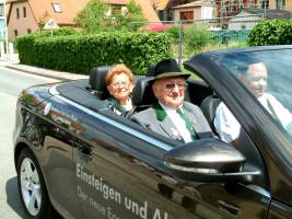 Im offenen Wagen wurden die Ehrenmitglieder Olga Kramkowski und Werner Baunacher beim Festzug des Sander Schützenvereins mitgefahren