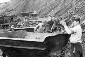 : Buben im Basaltsteinbruch bei Voccawind. In den 50er Jahren mussten schwer erziehbare Buben im Basaltsteinbruch bei Voccawind arbeiten.