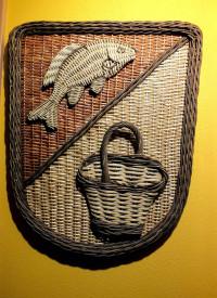 Dieses aus Weiden und Peddigrohr geflochtene Wappen der Gemeinde Sand ist eine künstlerische Arbeit eines Sander Korbflechters.