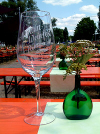 Noch war das große Altmain-Weinfestglas nicht gefüllt
