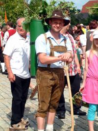 Sven Ullrich trat in die Fußstapfen seines erst kürzlich verstorbenen Vaters Edwin und führte als Winzer dessen traditionelles Mitwirken beim Altmain-Wein-Festzug fort.