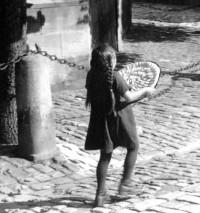Einen Apfelkuchen zum Bäcker zu tragen, wie dieses Mädchen in Eltmann, wäre auch heute noch gestattet.